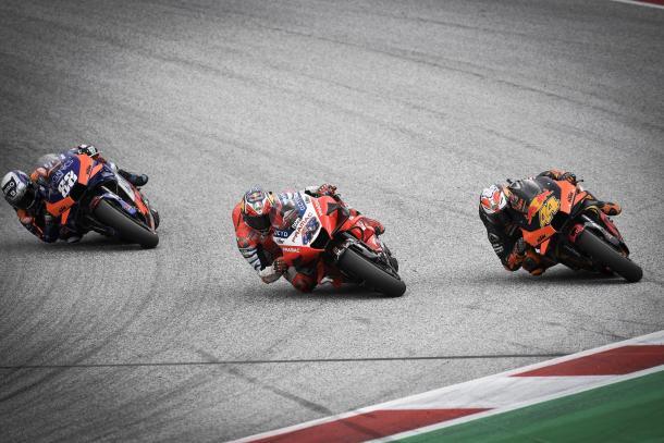 Instantes después de esta acción, Espargaró se salió de la pista, hasta más allá del verde. Imagen: MotoGP