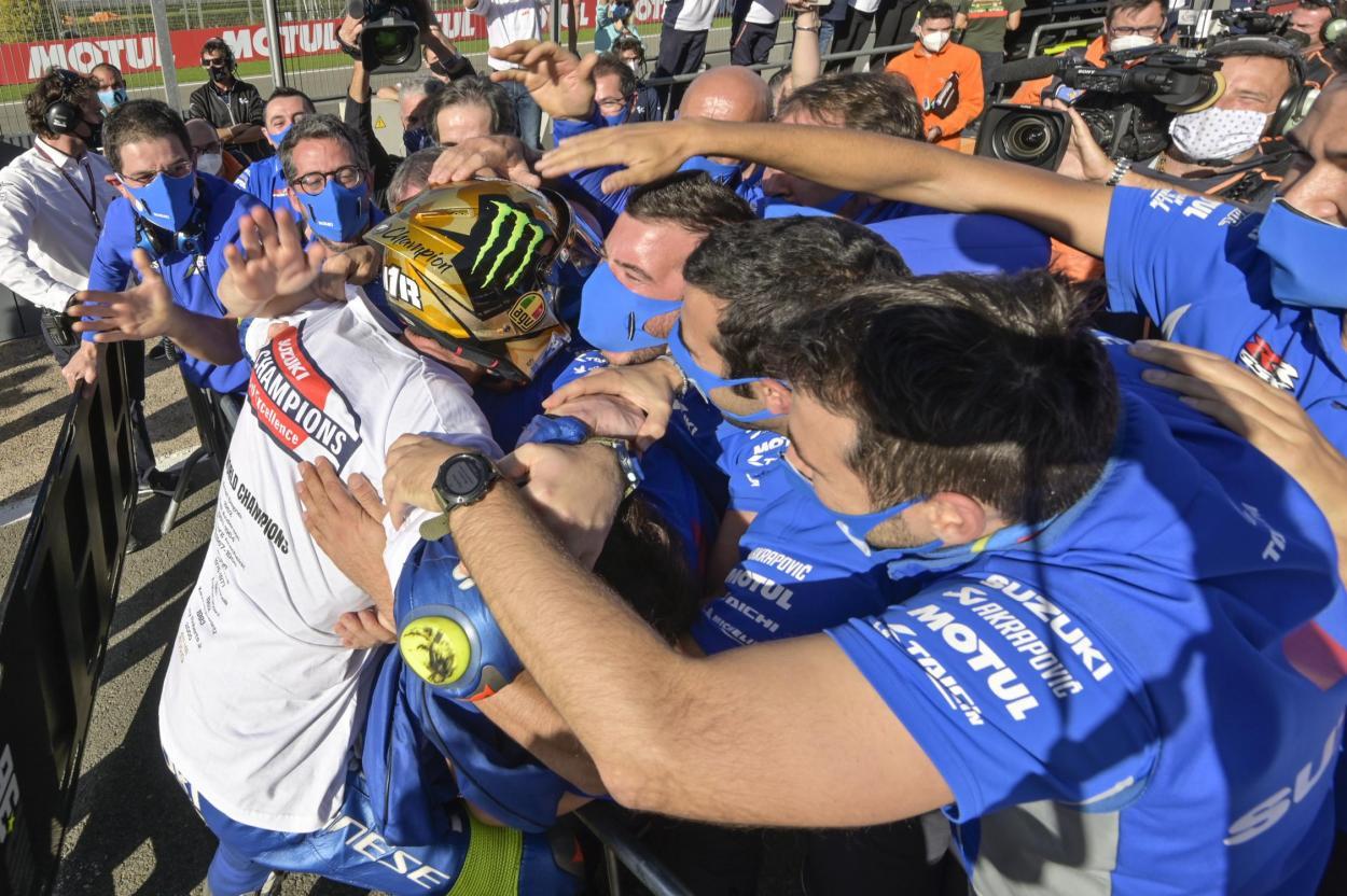 Mir celebró el título con el calor de todo su equipo. Imagen: MotoGP