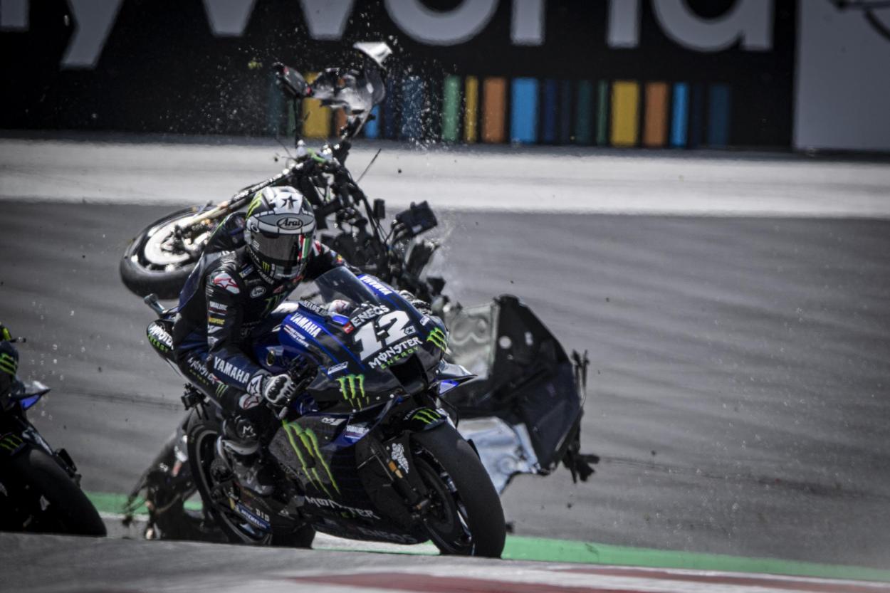 En Austria se vivieron momentos de tensión: 2 banderas rojas obligaron a parar las carreras. Varios pilotos fueron atendidos, tanto en MotoGP como en Moto2. Imagen: MotoGP