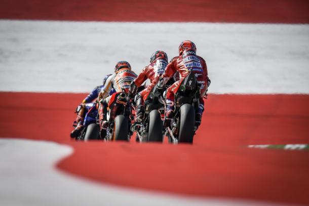 Los pilotos durante el inicio de la carrera. Imagen: MotoGP