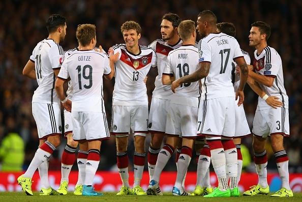 i campioni del mondo festeggiano dopo un gol nelle qualificazioni a Euro 2016. Fonte: Getty Images