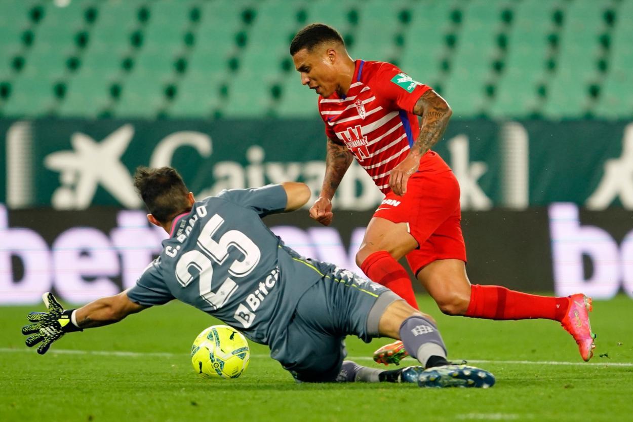 Machís supera a Bravo para hacer el empate. Foto: Pepe Villoslada/GCF