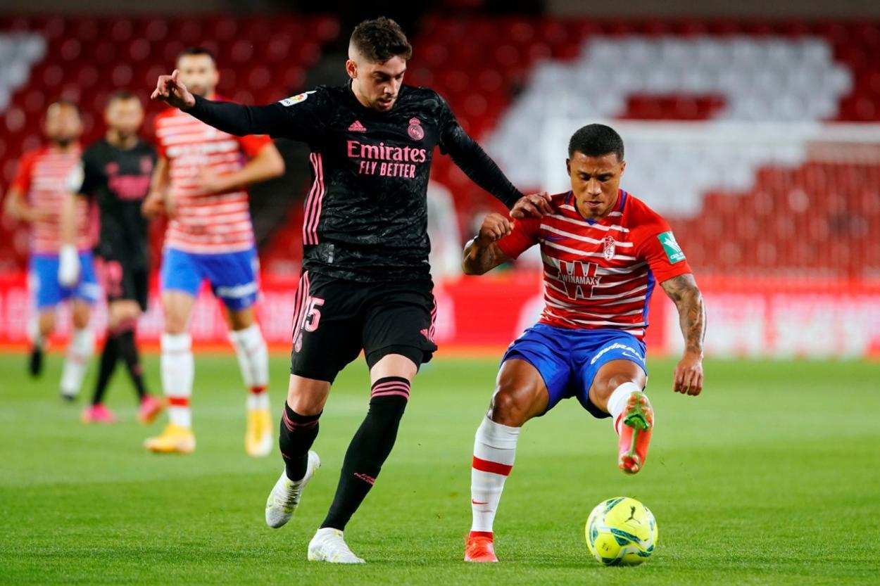 Machís intentando controlar el balón mientras le presiona Valverde. Foto: Pepe Villoslada / Granada CF.