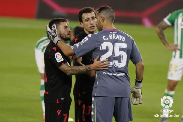 Bravo junto a Oyarzábal y Portu | Fotografía: LaLiga