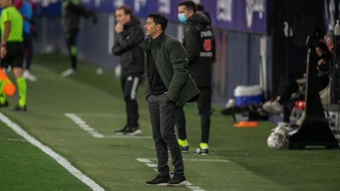 Míchel Sánchez dirigiendo el encuentro frente al Osasuna / Twitter: SD Huesca