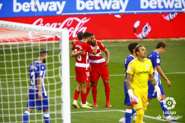 Jugadores rojiblancos celebran el gol de Antoñín. Foto: La Liga.