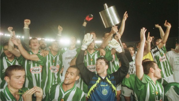 Elenco jaconero levantando troféu da Copa do Brasil de 1999 (Foto: Reprodução/CBF)
