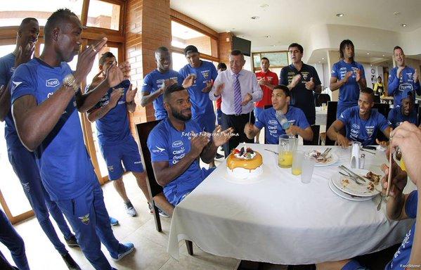 Gabriel Achilier junto a sus compañeros en su cumpleaños número 31  Foto: @marcadorec