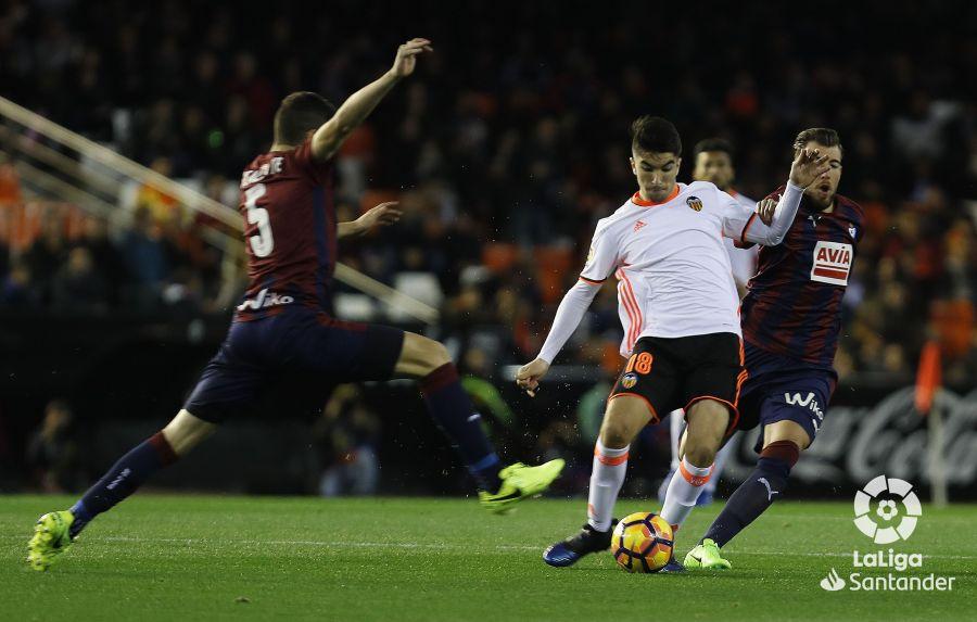 Soler ante la presión de Enrich. Foto: La Liga.