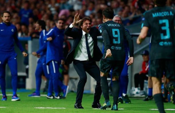 Antonio Conte si congratula con Alvaro Morata dopo la rete del momentaneo pareggio siglata nella gara con l'Atletico Madrid. Conte può sorridere proprio in virtù del recupero di Alvaro, stasera in campo dal 1'.