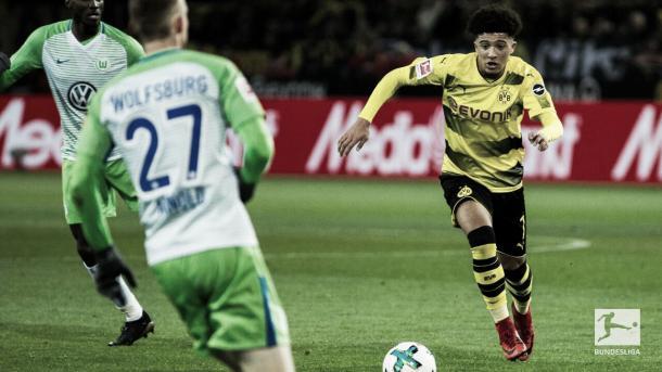 Sancho, una de las figuras, con el balón   Foto: Twitter @Bundesliga_DE