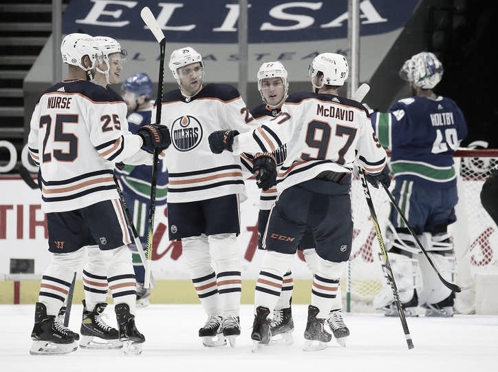 Los Oilers celebran el gol de Puljujarvi | Foto: Jeff Vinnick/NHLI via Getty Images