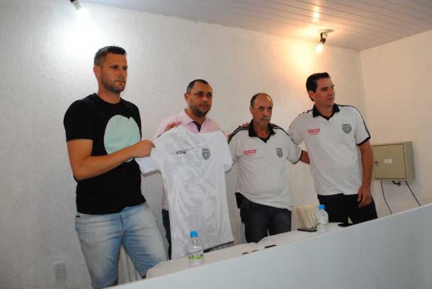 Apresentação do meia Melinho com diretores da Miltrat, patrocinadora do União (Foto: Jornal Diário de Santa Bárbara)