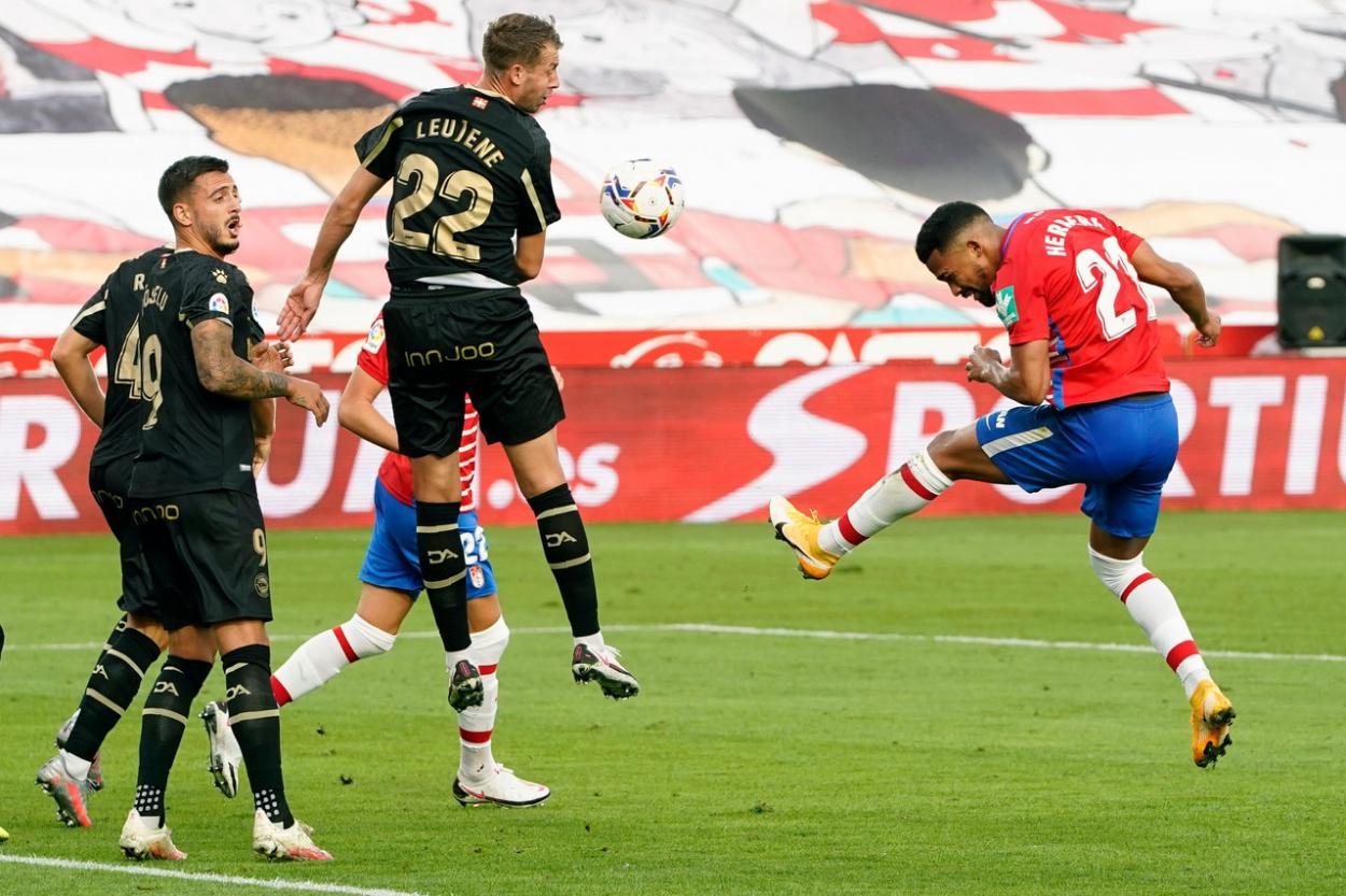 Yangel Herrera remata fuera una de las ocasiones más claras del partido. Foto: Pepe Villoslada/GCF