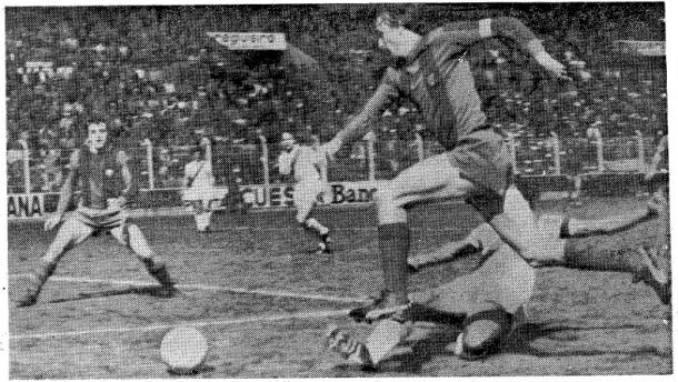 Cruyff intenta evitar a Nieto. Rayo-Barça, 1978 | EFE