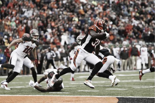 Shawn Williams inició la odisea de Winston, interceptando la primera de las 4 intercepciones que iba a sufrir el QB | Foto: Bengals.com