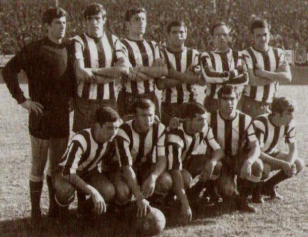 Equipo del Deportivo Alavés, con Andoni Sarasola (junto al portero). Fuente: glorioso.net