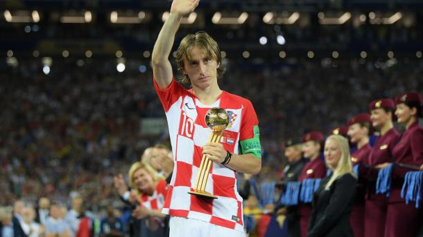 Modric recibe el galardón al mejor jugador del torneo. Foto: FIFA