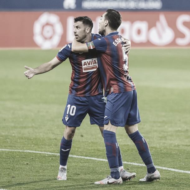 Edu Expósito y Gonzalo Escalante celebran el gol de Kondogbia./ Foto: LaLiga Santander