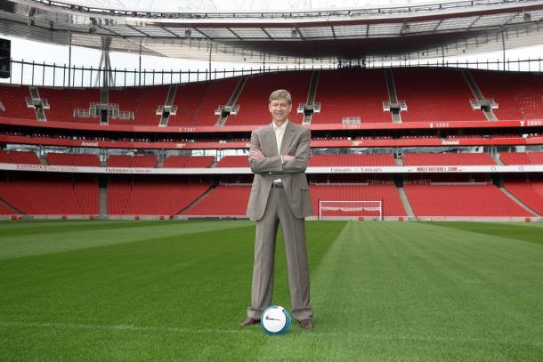 Wenger en el Emirates Stadium tras su construcción   Fotografía: Arsenal