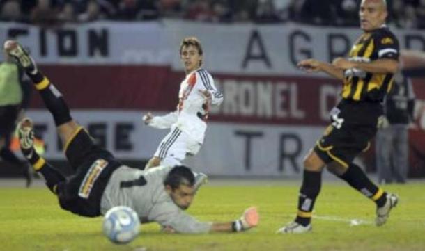 El gol del campeonato, del pie del Enano (Foto: Olé).