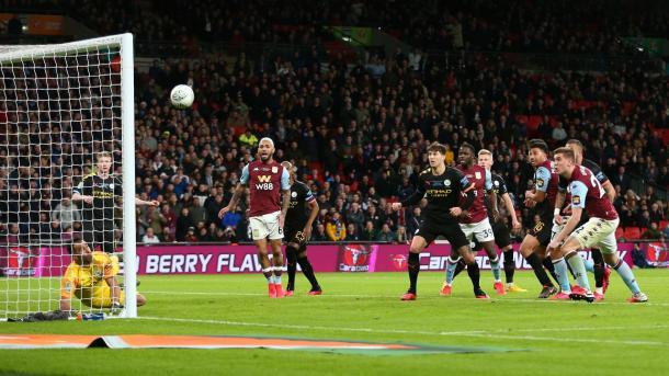 Bola bateu na trave e impediu o Aston Villa de empatar a decisão nos minutos finais   Foto: Divulgação/Aston Villa