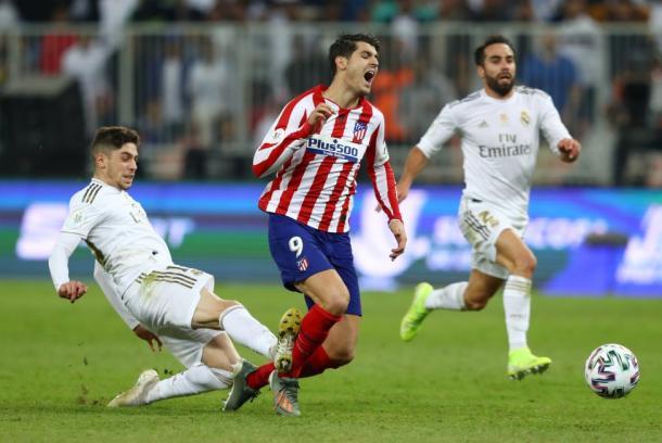 Fede Valverde derriba a Morata   Foto: Francois Nel (Getty Images)
