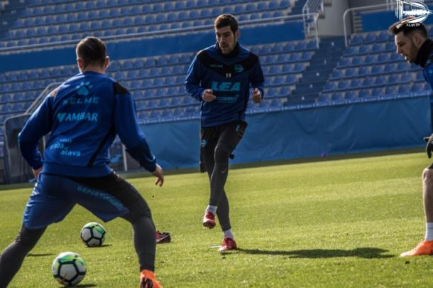 Concentración en el entrenamiento de los jugadores alavesistas. Fuente: deportivoalaves.com