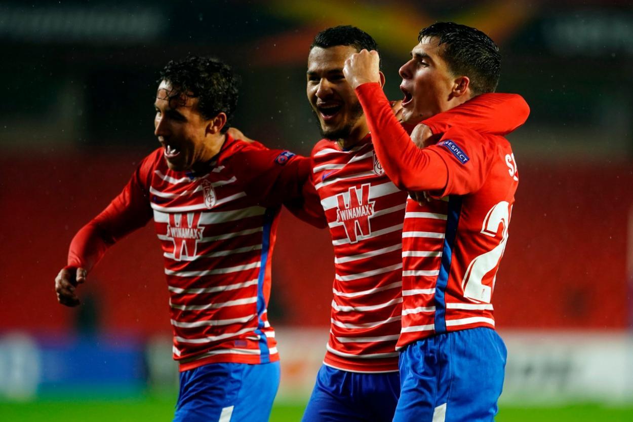 Milla, Suárez y Soro celebran el gol de este último al Omonia   Foto: Pepe Villoslada / Granada CF