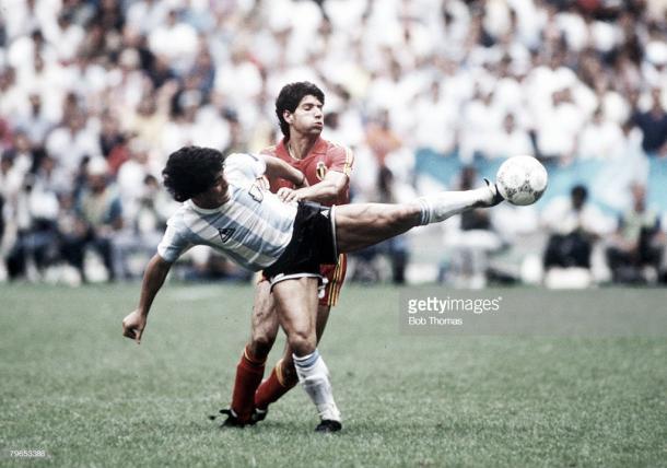Scifo pelea un balón con Maradona en aquellas semifinales de México 1986 / Fuente: Getty Images