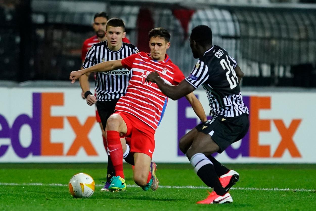 Pepe pugna por un balón en el partido contra el PAOK   Foto: Pepe Villoslda / Granada CF