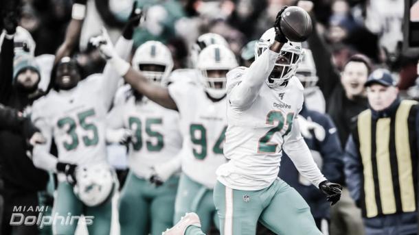 Eric Rowe le interceptó el balón a Brady y anoto 6 puntos para su equipo (foto Dolphins.com)