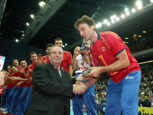Rafa Pascual, a punto de alzar el trofeo del Europeo 2007.   Foto: CEV