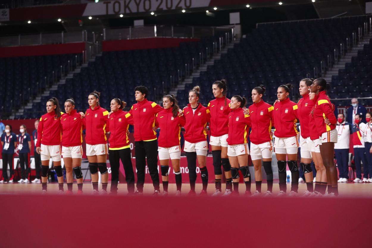 La selección española en los prolegómenos del partido. (<b><a  data-cke-saved-href='https://vavel.com/es/masdeportes/2021/07/31/juegos-olimpicos/1080356-belinda-bencic-logra-el-oro-en-tokio.html' href='https://vavel.com/es/masdeportes/2021/07/31/juegos-olimpicos/1080356-belinda-bencic-logra-el-oro-en-tokio.html'>Fuente: Twitter</a></b> @RFEBalonmano)