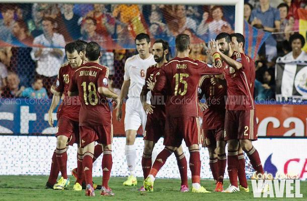 Celebración española de uno de los cinco goles ante Macedonia. | FOTO: Carla Cortés