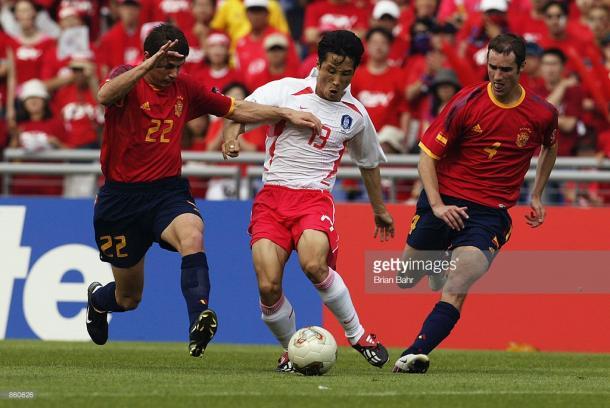 Joaquín e Iván Helguera persiguen a un jugador surcoreano | Imagen: GettyImages