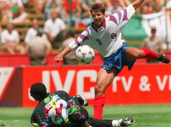 Salenko no seu histórico jogo de cinco gols (Foto: Patrick Hertzog/AFP)