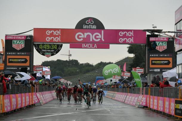 Sam Bennett venciendo en Imola | Foto: Giro de Italia