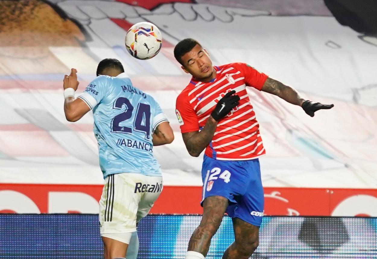 Kenedy y el ex-rojiblanco Murillo pelean de cabeza una pelota. Foto: Pepe Villoslada/GCF