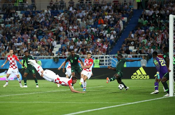 Toque em Oghenekaro Etebo que termina em gol contra (Julian Finney/Getty Images)