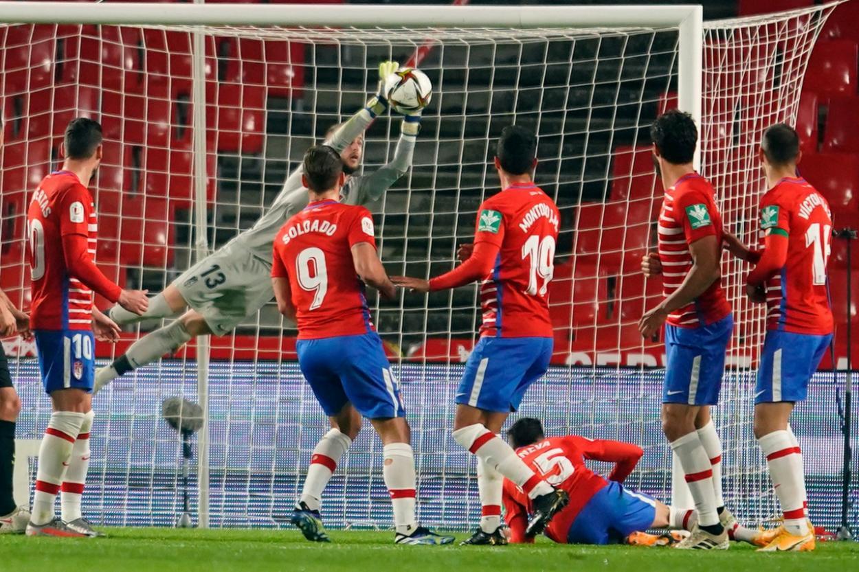 Aarón detiene un lanzamiento de falta de Messi. Foto: Pepe Villoslada/GCF