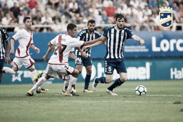 Eugeni pugna por un balón ante el Rayo Vallecano. Foto: Lorca FC