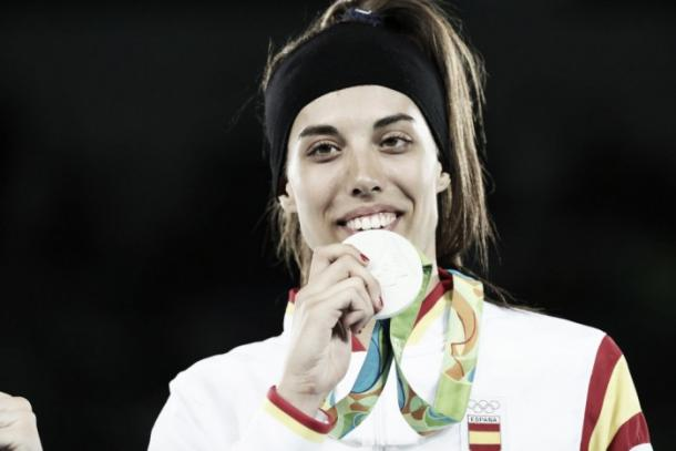 Eva Calvo celebra su plata en el podio   Fuente: La Liga4Sports.