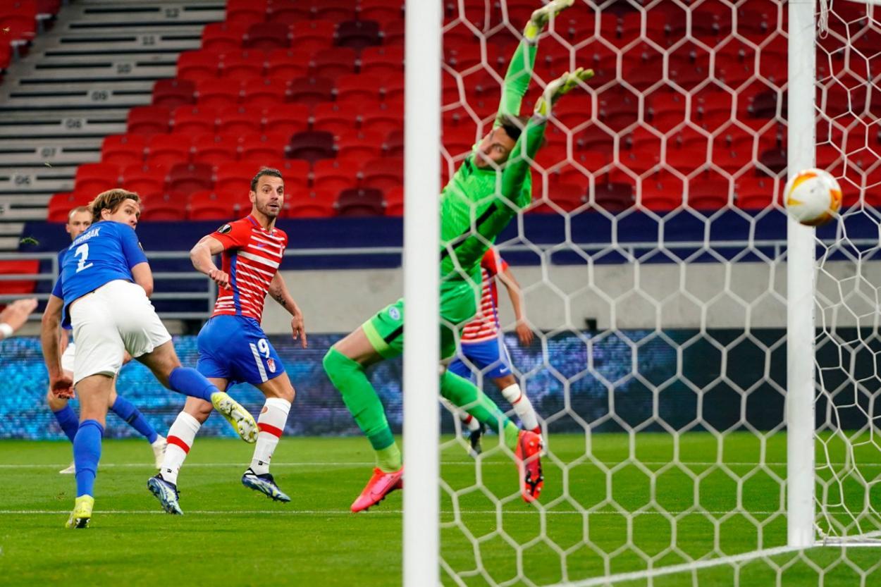 Roberto Soldado remata de cabeza poniendo el empate en el marcador. Foto: Pepe Villoslada/GCF