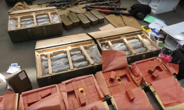 No arsenal do suspeito se encontrava explosivos e rifles AK=47. (Foto: Serviço de Segurança Ucraniano)