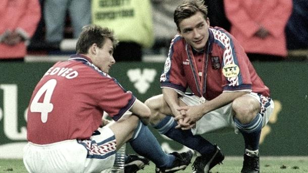 Un joven Nedvěd junto a Němec con la medalla de plata de la Euro96 | Foto: UEFA