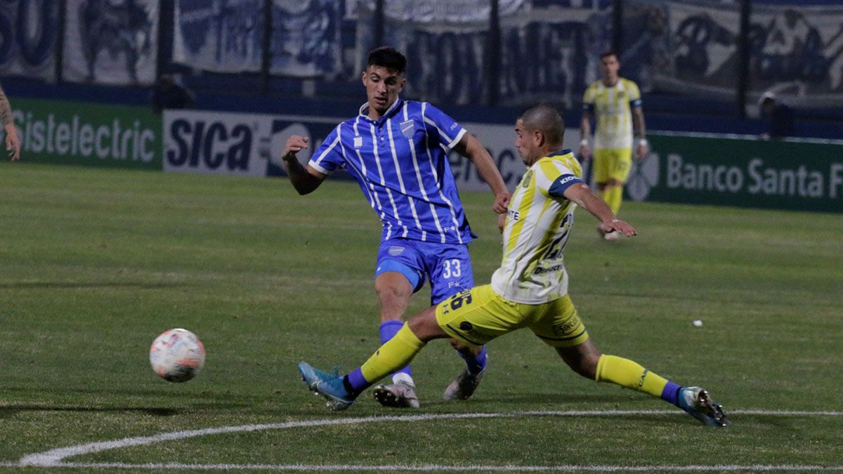 <strong><a  data-cke-saved-href='https://vavel.com/ar/futbol-argentino/2021/08/08/godoy-cruz/1081451-triunfazo-de-corazon.html' href='https://vavel.com/ar/futbol-argentino/2021/08/08/godoy-cruz/1081451-triunfazo-de-corazon.html'>Ezequiel Bullaude</a></strong> disputando la pelota en el encuentro ante <strong><a href='https://vavel.com/ar/futbol-argentino/2021/07/24/godoy-cruz/1079281-lucas-barrios-vs-ezequiel-bullaude-arietes-de-peligro.html'>Rosario Central.</a></strong>