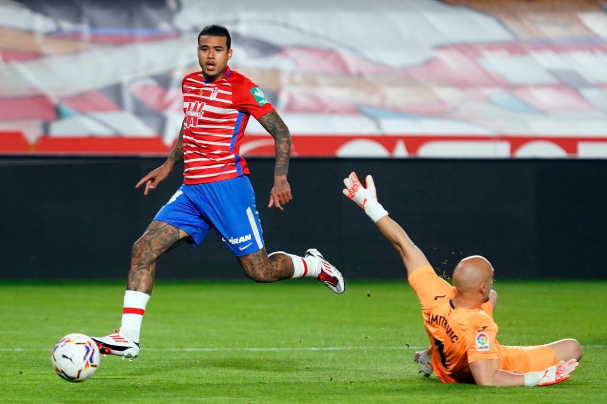 Kenedy supera a Dmitrovic para firmar el cuarto tanto nazarí. Foto: Granada CF