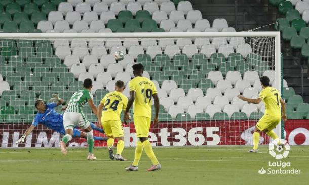 Mandi durante el lanzamiento del penalti | Fotografía: LaLiga