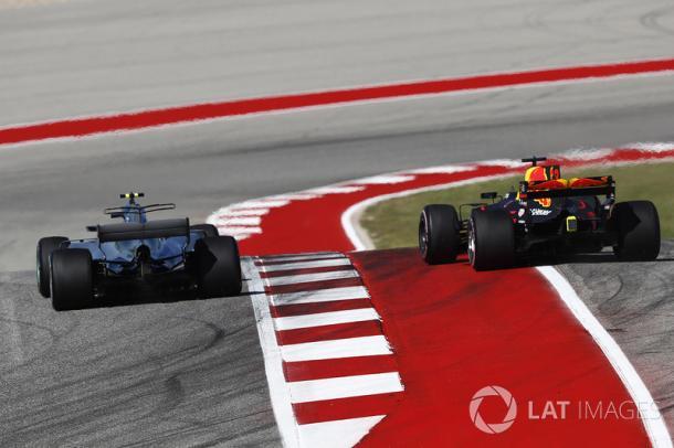 Adelantamiento pot el cual sancionaron a Max Verstappen en el GP de EEUU. Fuente: Lat Images
